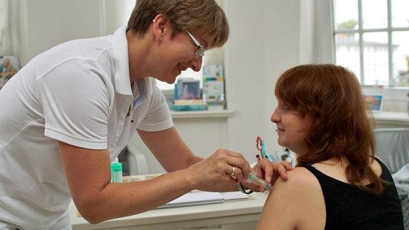 Frauenärztin impft 2007 eine Jugendliche gegen Gebärmutterhalskrebs