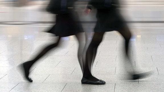 bewegte Beine eilender Frauen