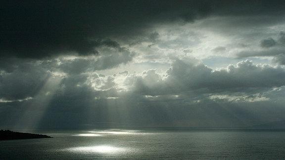 Dramatische Wolkenstimmung über dem Meer.