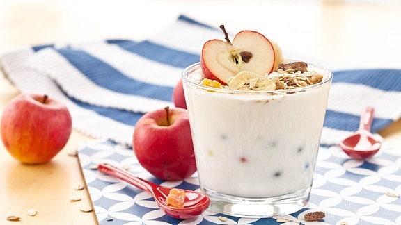 Müsli mit Joghurt und frischen Äpfeln