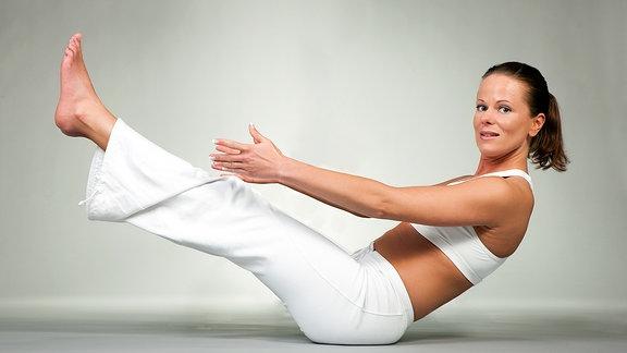 Eine Frau bei einer Pilates-Übung.