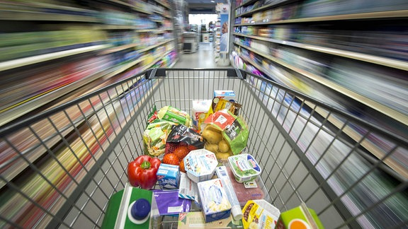 Ein Einkaufswagen mit verschiedenen Lebensmitteln.