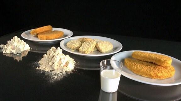 verschiedene vegetarische Produkte auf Tellern