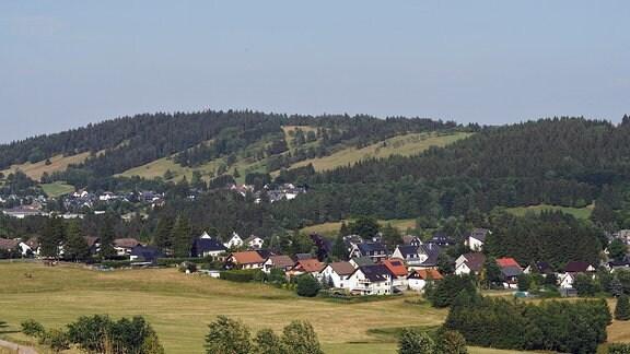 Ausblick vom Schwarzatal-Panoramaweg über eine Landschaft mit Hügeln und Dörfern