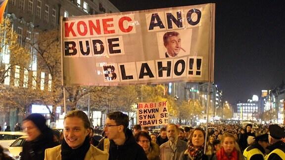 Tausende Demonstranten auf dem Wenzelsplatz in Prag fordern den Rücktritt von Ministerpräsident Andrej Babis