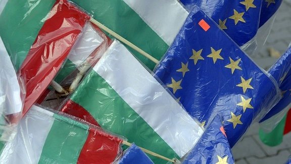 Die Fahnen von Bulgarien und der EU