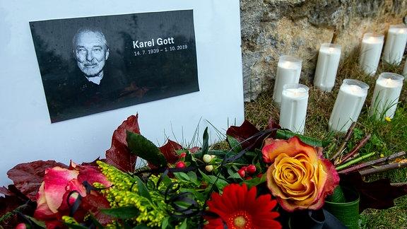 Kerzen und Blumen für Karel Gott