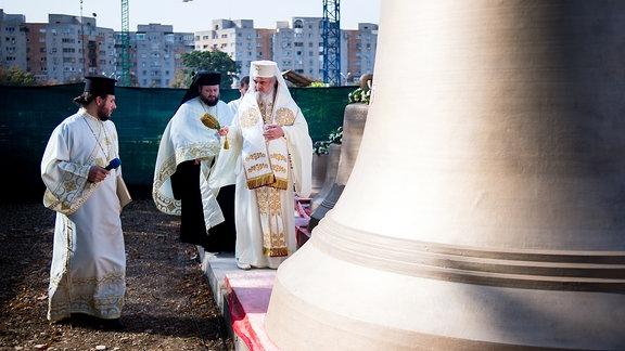 Kirchenglocken für die Kathedrale der Erlösung des Volkes in Bukarest RumänischPatriarch Daniel heiligt die Kirchenglocken, die in Österreich gegossen wurden