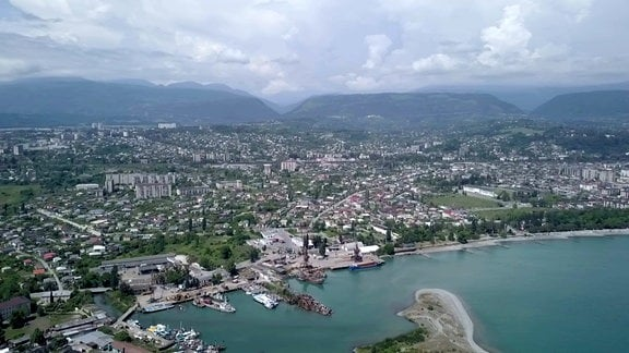 Küste entlang des Kaukasus aus der Luft aufgenommen