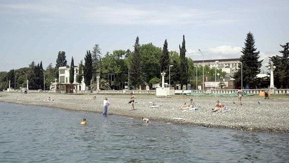 Strand mit Badegästen