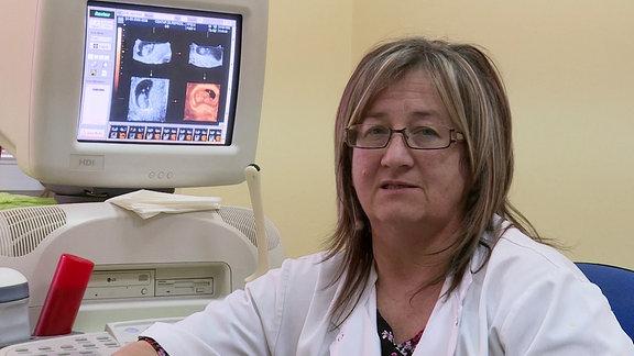 Frauenärztin Ceca Balac vor einem Ultraschallgerät in ihrer Praxis