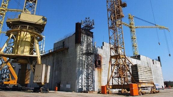 Arbeiten mit Kränen an großen Betonmauern