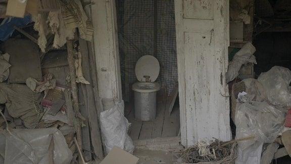 Außentoilette in einem Schuppen