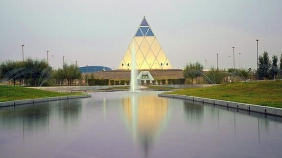 Palast des Friedens und der Versöhnung  - Pyramide von Sir Norman Foster in Astana.