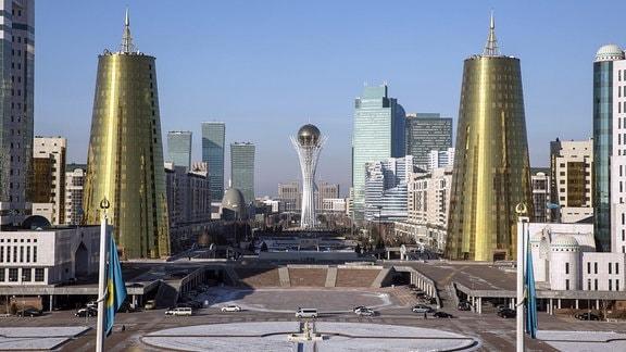 Blick auf den Grünen Boulevard mit dem Wahrzeichen der Stadt Astana, dem Bajterek - Turm.