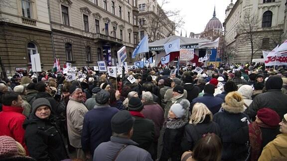 Ca. 2000 Menschen demonstrierten gegen den Besuch Putins im Februar 2015 in Budapest.