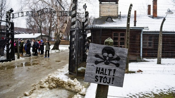 Besucher im ehemaligen Konzentrationslager Auschwitz-Birkenau