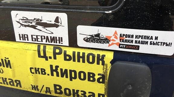 Aufkleber auf einem russischen Taxi in Irkutsk. Darauf steht auf kyrrilisch Nach Berlin!