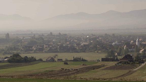 Blick auf rumänisches Dorf am Fuße der Karpaten