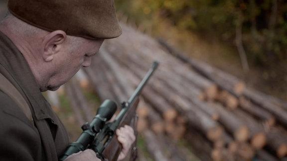 József Benke, Jäger mit Gewehr