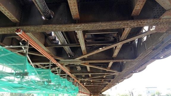 Eisenbahnbrücke von unten