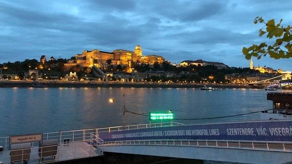 Blick über die Donau auf die abendliche Silhouette von Budapest