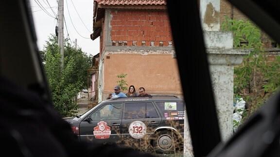 Blick aus Auto auf ein anderes Auto in einem rumänisches Dorf