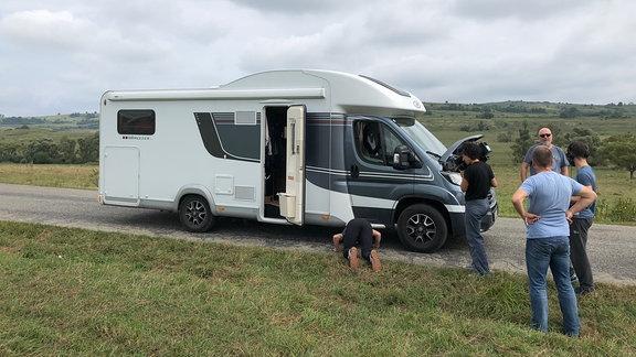 Wohnmobil steht auf Straße
