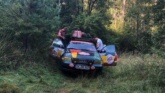 Auto steht im Wald