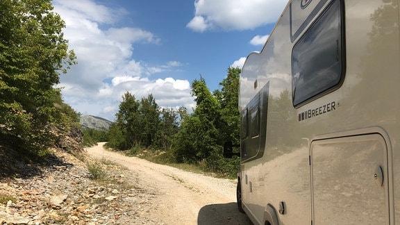Wohnmobil auf Schotterpiste in Bosnien