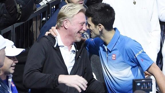 Boris Becker und Novak Djokovic umarmen sich.