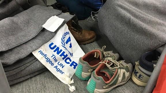 Graue Decken, Fähnchen, Schuhe
