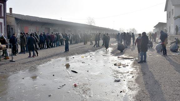 Lange Schlange an der Essensausgabe in BElgrad, Flüchtlingslager