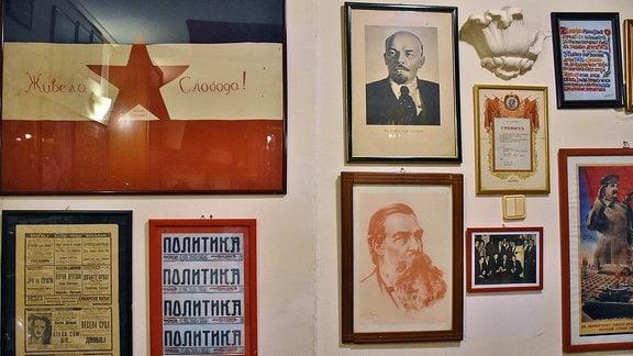 Bilder hängen an einer Wand.