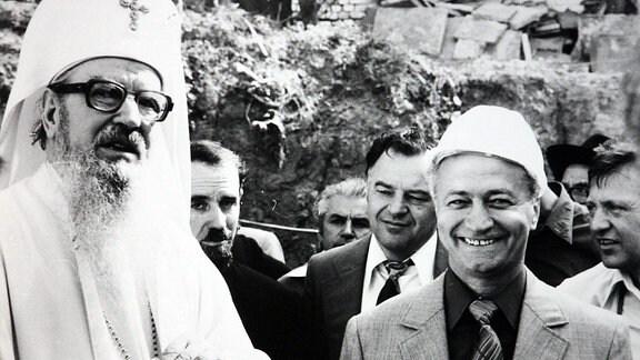 Bukarester Ingenieur Eugeniu Iordachescu (rechts) neben dem früheren Patriarchen der Rumänisch-Orthodoxen Kirche, Iustin Moisescu, Bild stammt aus den 1980er-Jahre