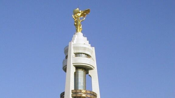 Eine goldene Statue des Ende 2006 verstorbenen turkmenischen Präsidenten Saparmurat Nijasow