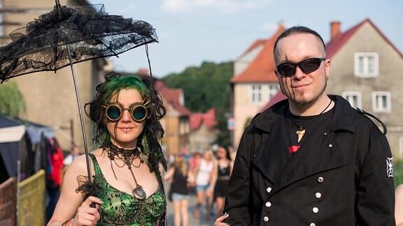 Ein Mann und eine Frau in Kostümen