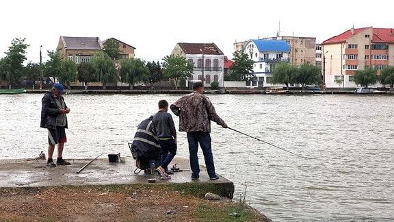 Angler in Sulina am Kanal.