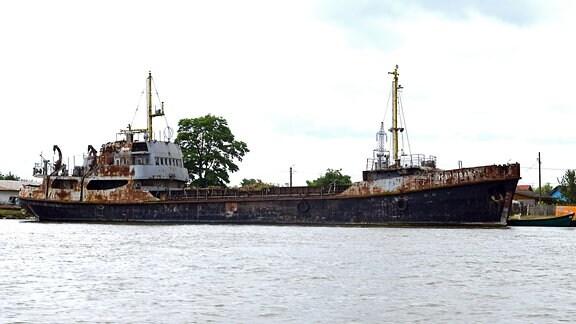 Ein Schiffswrack am Ufer des Kanals vor Sulina