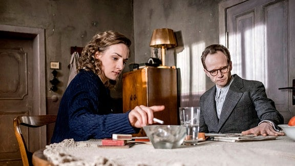 Die Schauspielerin Karoline Teska als Margot Honecker und der Schauspieler Christian Näthe als Erich Honecker