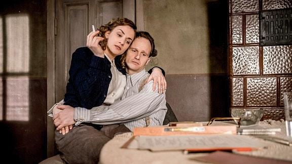 Die Schauspielerin Karoline Teska als Margot Honecker und der Schauspieler Christian Näthe als Erich Honecker.