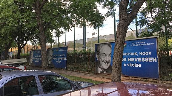 Drei Anti-Soros-Plakate in Budapest