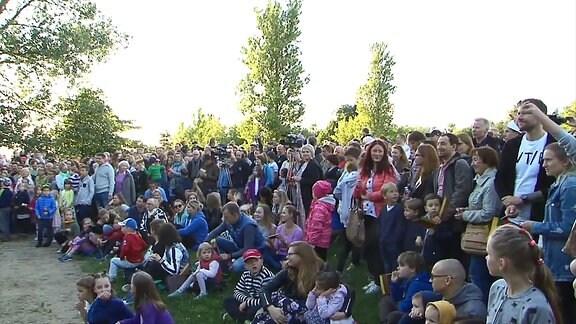 Bürger in Vilnius singen die litauische Hymne