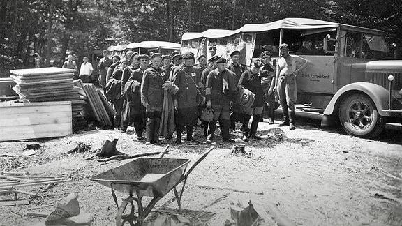 Die ersten Häftlinge kamen am 15. Juli 1937 ins Lager. Die SS hatte beschlossen, viele kleinere KZ zu schließen und stattdessen nur einige Großlager wie Buchenwald zu bauen.