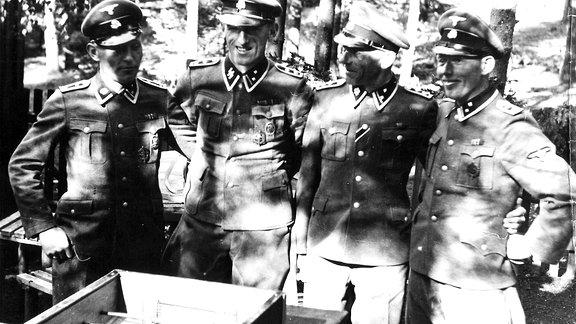 Die SS-Offiziere sehen sich als Elite des deutschen Volkes. Für sie wird eine eigene Siedlung mit großzügigen Villen und attraktiven Freizeitangeboten errichtet – hier ein Kickertisch.