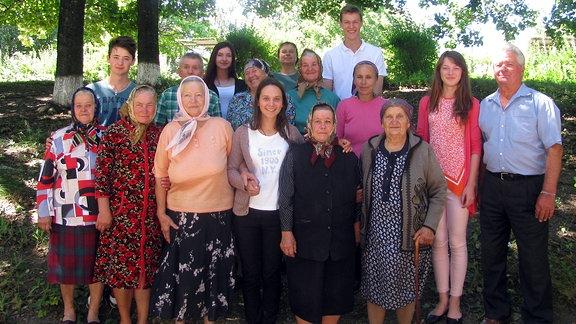 Jugendliche betreuen freiwillig alte Leute im Dorf Varatic (Republik Moldau)