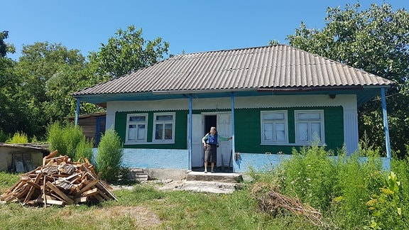 Rentnerin im Dorf Varatic (Republik Moldau)