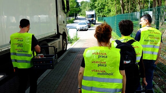 Mitarbeiter der Beratungsstelle Faire Mobilität sind in Dortmund unterwegs, um Lkw-Fahrer aus anderen EU-Ländern über ihre Rechte aufzuklären