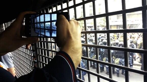 Festnahmen bei Nawalny-Demos in Moskau am 12.06.2017 - Festgenommener Demonstrant im Polizeibus.