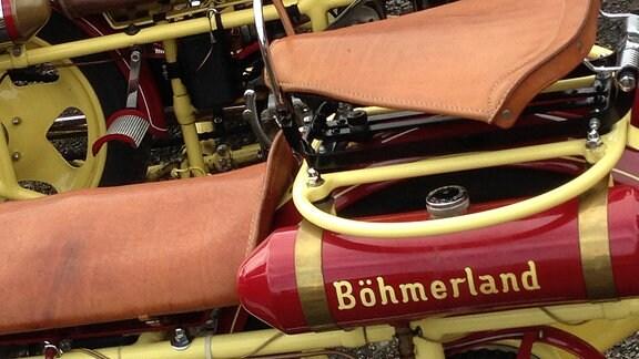 Zusatz-Tank eines Böhmerländer-Motorrad unter dem Sitz